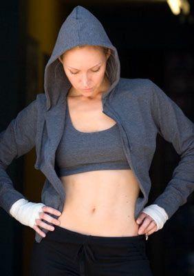 Egzersiz  Göbeğinizin olup olmaması sizin disiplininize ve metabolizmanıza bağlı. Karın ve göbek vücudun en kolay kilo alan bölgeleri arasında yer alıyor. Çünkü buradaki kas sistemi, diğerlerine oranla daha az çalışıyor. Her gün düzenli olarak egzersiz yaparsanız, bu sorunun en kısa sürede üstesinden gelirsiniz. Eğer egzersiz yapacak vaktiniz yoksa size karnınızı titretmenizi öneriyoruz. Bu hareketi dişlerinizi fırçalarken, yazı yazarken, yemek yaparken, televizyon izlerken ya da yatarken rahatlıkla yapabiliyorsunuz.